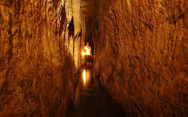 an overview of the siloam tunnel or hezekiahs tunnel in israel The siloam tunnel (hebrew: נִקְבַּת הַשִּׁלֹחַ , nikbat hashiloah), also known as hezekiah's tunnel, is a water tunnel that was carved beneath the city of david in jerusalem in ancient times.